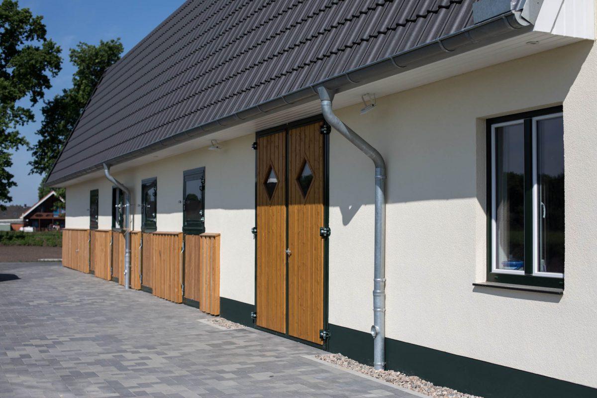 Pferdeboxen mit großen Fenstern